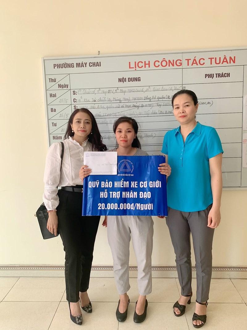 Đại diện của Quỹ bảo hiểm xe cơ giới và đại diện đại diện UBND Phường Máy Chai trao hỗ trợ cho gia đình nạn nhân Bùi Đức Tùng.