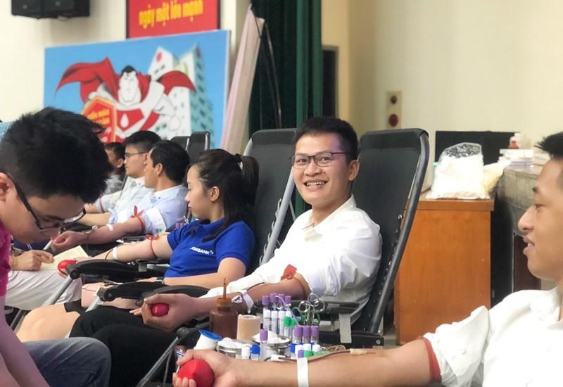 """Anh Đàm Quang Tùng - Nhân viên Eximbank phấn khởi chia sẻ trong buổi hiến máu vừa qua: """"Trước giờ tôi vẫn luôn yêu thích công việc tình nguyện, bất kỳ lúc nào đủ điều kiện tôi đều sẵn sàng tham gia hiến máu. Biết được những đơn vị máu mình cung cấp sẽ giúp ích được cho nhiều bệnh nhân trên cả nước, tôi thấy vui lắm, bởi 'Sống là để yêu thương' mà""""."""