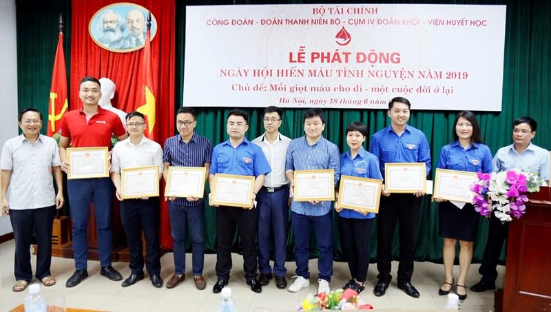 Các đại biểu trao Giấy khen của Viện Huyết học và truyền máu Trung ương cho các cá nhân có thành tích xuất sắc trong hoạt động hiến máu tình nguyện.