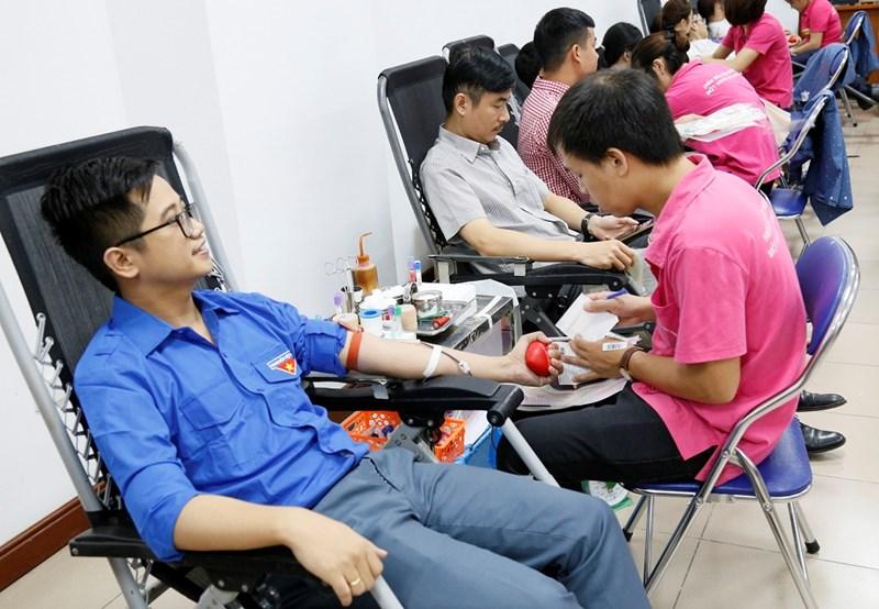 Công đoàn viên, đoàn viên thanh niên Bộ Tài chính tích cực tham gia hiến máu tình nguyện.