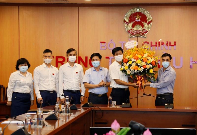 Thứ trưởng Bộ Tài chính Trần Xuân Hà tặng hoa chúc mừng Tạp chí Tài chính.