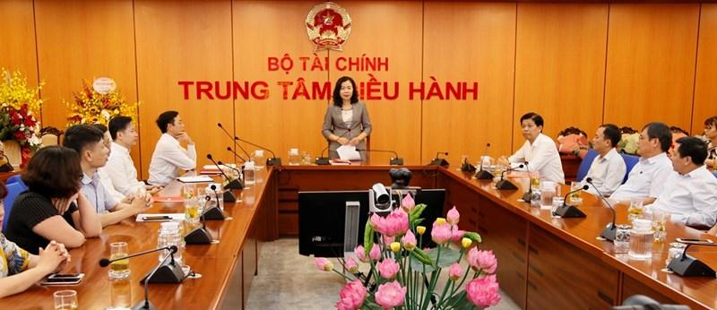 Thứ trưởng Vũ Thị Mai chúc hai Tổng biên tập hoàn thành xuất sắc nhiệm vụ được giao trên cương vị mới. Ảnh: Lục Trường