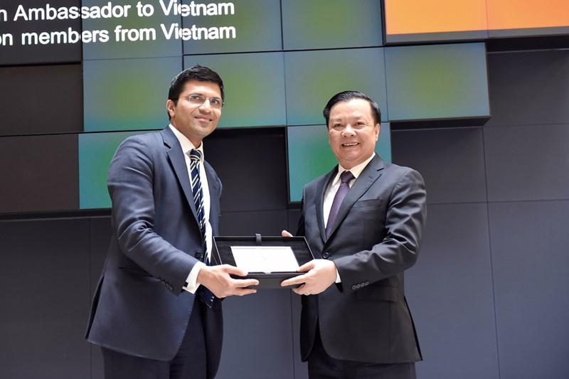 Đại diện lãnh đạo Sở GDCK London trao quà lưu niệm tặng Bộ trưởng Đinh Tiến Dũng.