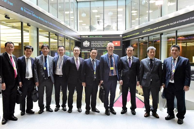 Bộ trưởng Đinh Tiến Dũng và Ngài Đại sứ Anh tại Việt Nam cùng các thành viên đoàn tại Sở GDCK London.