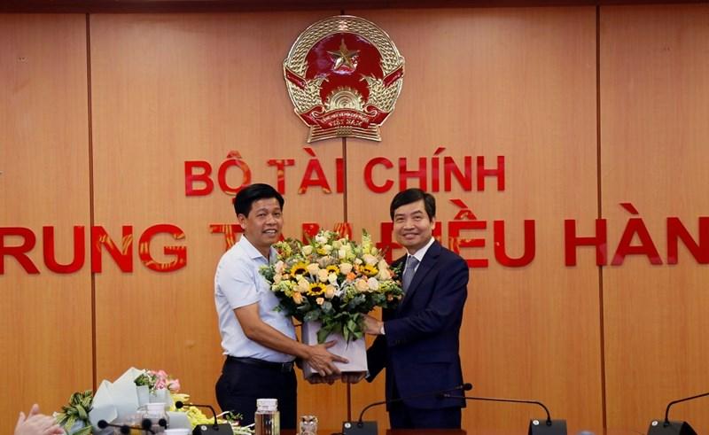 Ông Phạm Văn Hoành - Tổng biên tập Tạp chí Tài chính tặng hoa chúc mừng Thứ trưởng Tạ Anh Tuấn.