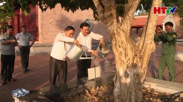 Bộ trưởng Bộ Tài chính cùng đoàn công tác và lãnh đạo tỉnh Hà Tĩnh trồng cây lưu niệm tại Khu di tích Ngã ba Đồng Lộc. Nguồn: HTTV