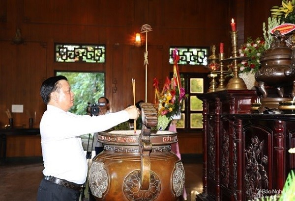 Bộ trưởng Đinh Tiến Dũng dâng hương tưởng niệm, bày tỏ lòng biết ơn vô hạn và kính trọng sâu sắc đối với Chủ tịch Hồ Chí Minh tại Khu Di tích Quốc gia đặc biệt Kim Liên. Nguồn: BNA