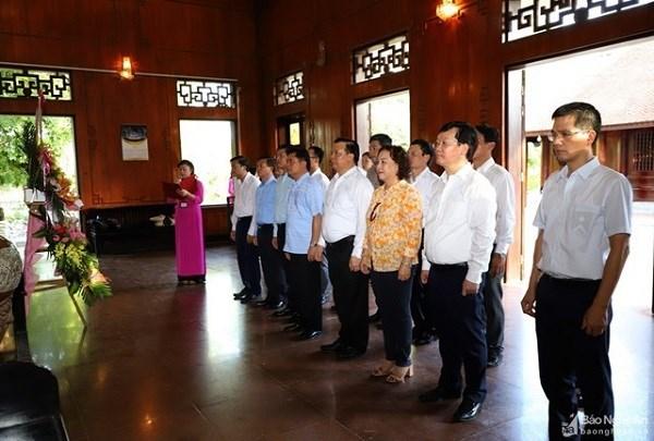 Đoàn công tác của Bộ Tài chính cùng lãnh đạo tỉnh Nghệ An dâng hương tại Khu Di tích Quốc gia đặc biệt Kim Liên. Nguồn: BNA