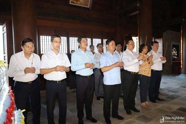 Đoàn công tác của Bộ Tài chính cùng lãnh đạo tỉnh Nghệ An dâng hoa, dâng hương tại đền Chung Sơn - đền thờ gia tiên Chủ tịch Hồ Chí Minh. Nguồn: BNA