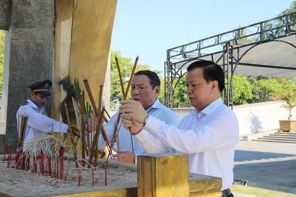 Bộ trưởng Đinh Tiến Dũng dâng hương tại Nghĩa trang liệt sỹ quốc gia Đường 9.
