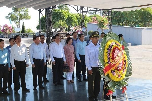 Đoàn công tác của Bộ Tài chính tưởng niệm các Anh hùng liệt sĩ tại Nghĩa trang liệt sỹ quốc gia Đường 9.