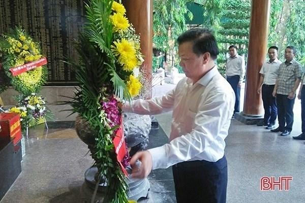 Bộ trưởng Đinh Tiến Dũng dâng vòng hoa tưởng niệm tại Nhà bia tưởng niệm các liệt sĩ thanh niên xung phong toàn quốc. Nguồn: BHT