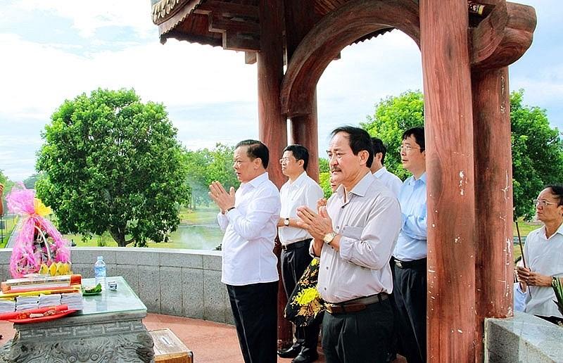 Bộ trưởng Đinh Tiến Dũng và đoàn công tác đã đến dâng hương tưởng niệm các anh hùng liệt sĩ tại Quảng Trị.
