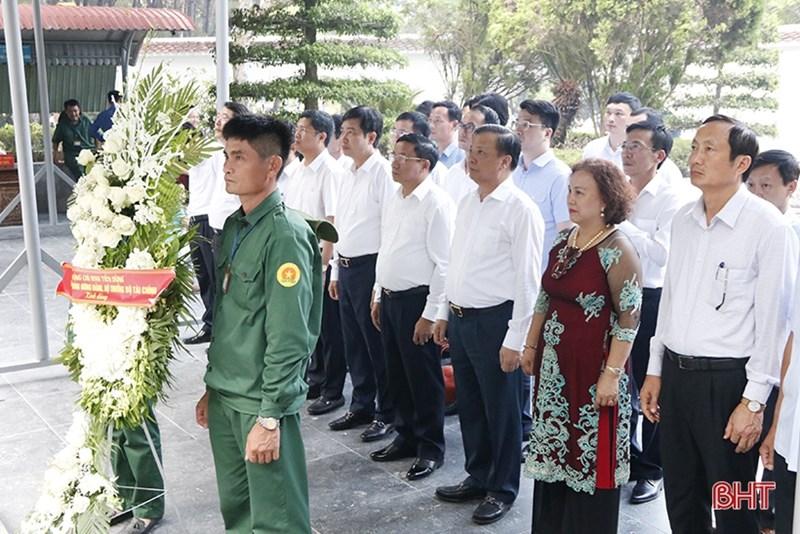 Bộ trưởng Đinh Tiến Dũng cùng đoàn công tác dâng hương tại Nhà bia tưởng niệm các liệt sĩ Thanh niên xung phong toàn quốc.