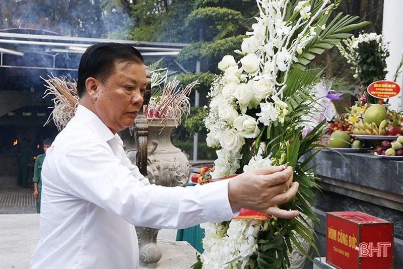 Bộ trưởng Đinh Tiến Dũng dâng hoa tại khu mộ 10 nữ thanh niên xung phong hy sinh tại Ngã ba Đồng Lộc. Nguồn: BHT