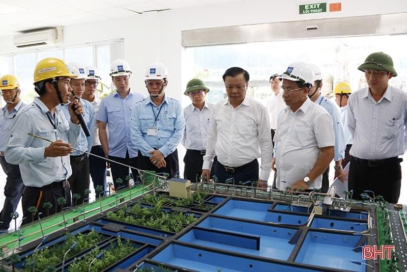 Bộ trưởng Đinh Tiến Dũng cùng đoàn công tác đã đến tham quan dự án Khu liên hợp gang thép và Cảng nước sâu Sơn Dương của Công ty Formosa Hà Tĩnh. Nguồn: BHT