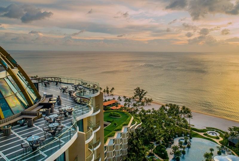 Ngắm nhìn hoàng hôn từ nơi cao nhất của Phú Quốc - tầng thượng khách sạn InterContinental Phú Quốc.