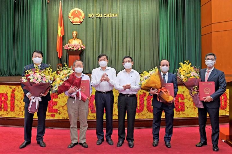 Phó Thủ tướng Chính phủ Lê Minh Khái và Bộ trưởng Bộ Tài chính Hồ Đức Phớc trao quyết định và tặng hoa các Thứ trưởng.