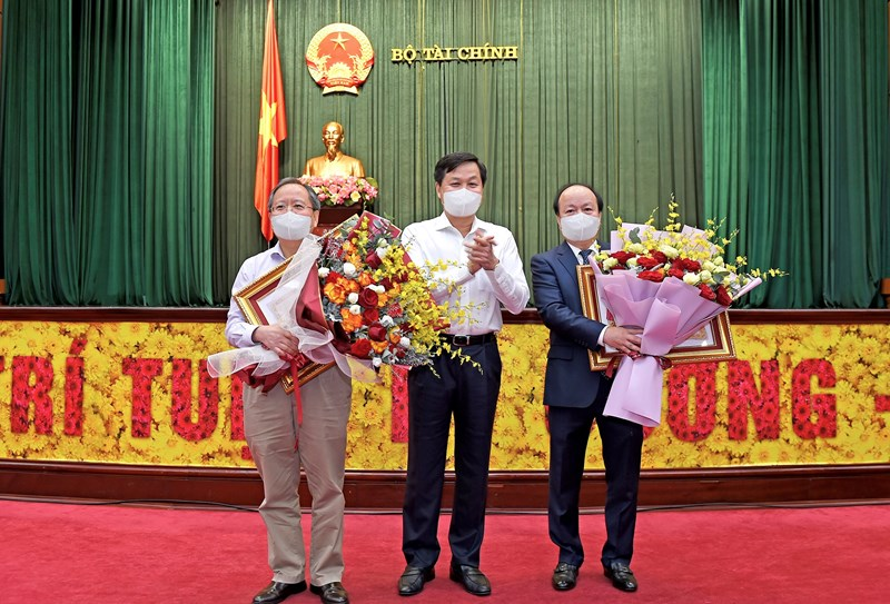 Phó Thủ tướng Lê Minh Khái trao tặng Huân chương Độc lập hạng Nhì cho Thứ trưởng Bộ Tài chính Đỗ Hoàng Anh Tuấn và Huân chương Lao động hạng Nhì cho Thứ trưởng Bộ Tài chính Huỳnh Quang Hải.