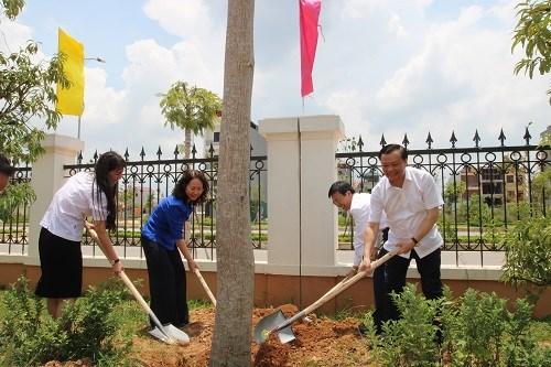 Bộ trưởngĐinh Tiến Dũngvà lãnh đạo tỉnh Lạng Sơn trồng cây lưu niệm tại trụ sở mới của Sở Tài chính Lạng Sơn. Ảnh: Minh Anh