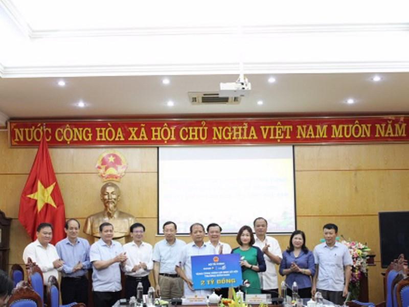 Tập đoàn Bảo Việt tặng BắcKạn 2 tỷ đồng để xây dựng công trình an sinh xã hội. Ảnh: T.T