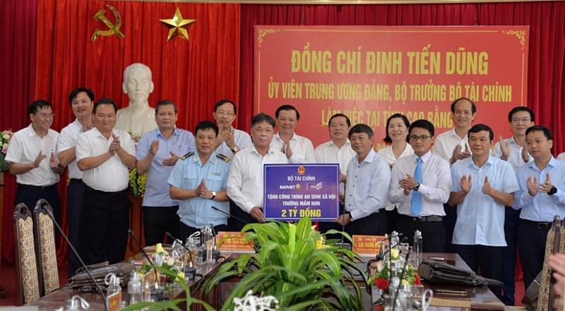 Tập đoàn Bảo Việt trao tặng tỉnh Cao Bằng 2 tỷ đồng để xây dựng công trình an sinh xã hội trường mầm non.
