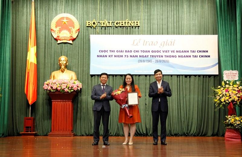 Vụ trưởng Vụ Báo chí - Xuất bản Trần Thanh Lâm và Thứ trưởng Bộ Tài chính Tạ Anh Tuấn trao Giải Đặc biệt cho tác giả Ánh Hồng.
