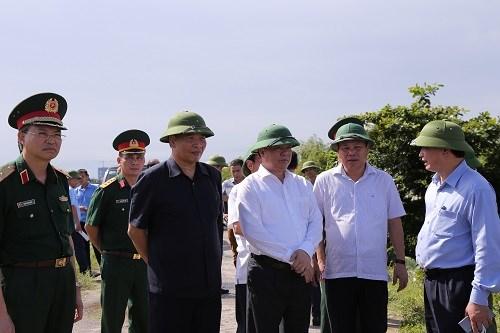 Bộ trưởng Đinh Tiến Dũng và đoàn công tác kiểm tra tuyến đê hữu sông Thái Bình.