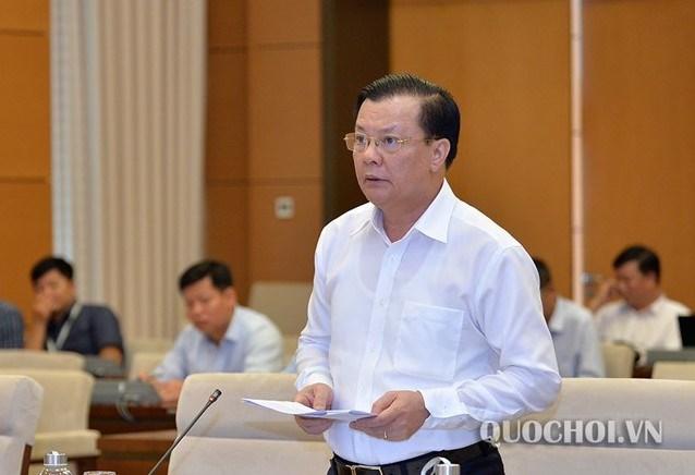 Bộ trưởng Bộ Tài chính Đinh Tiến Dũng giải trình các nội dung thảo luận. Nguồn: QH