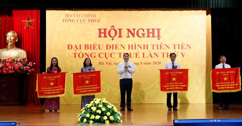 Tổng cục trưởng Cao Anh Tuấn trao Cờ thi đua của Bộ Tài chính cho các tập thể, cá nhân thuộc Tổng cục Thuế có thành tích xuất sắc trong phong trào thi đua.