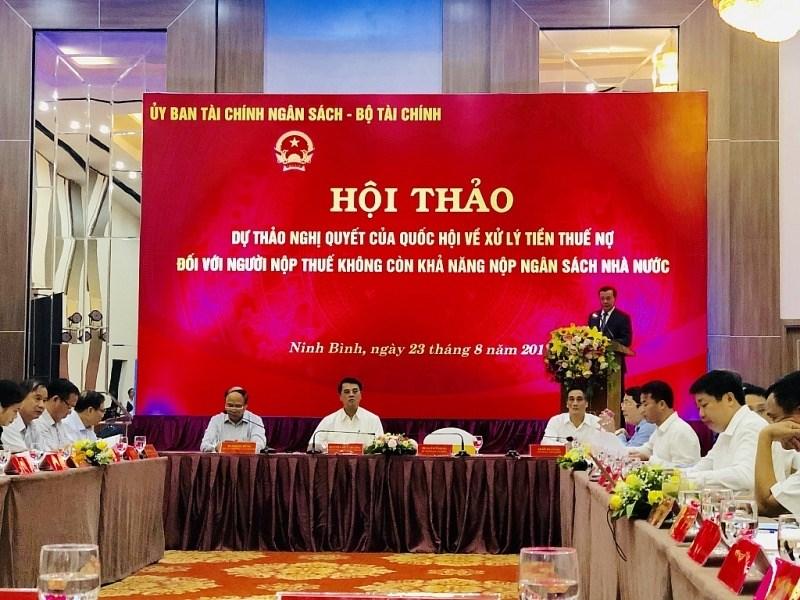 Bộ trưởng Bộ Tài chính phát biểu tại hội thảo.