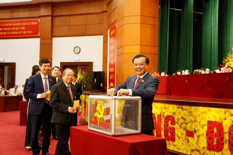 Đồng chí Đinh Tiến Dũng và các đại biểu bỏ phiếu bầu Ban Chấp hành Đảng bộ Bộ Tài chính khoá mới.