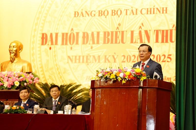 Đồng chí Đinh Tiến Dũng, Uỷ viên Ban chấp hành Trung ương Đảng, Bí thư Ban cán sự đảng, Bộ trưởng Bộ Tài chính phát biểu tại Đại hội.