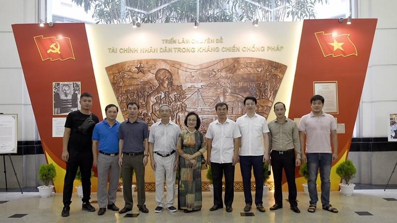 Các đại biểu chụp ảnh lưu niệm tại Triển lãm.