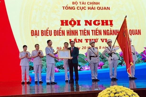 Bộ trưởng Đinh Tiến Dũng thừa ủy quyền của Chủ tịch nước Cộng hòa xã hội chủ nghĩa Việt Nam trao Huân chương Lao động hạng Nhất cho Tổng cục Hải quan.