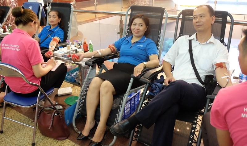 Cán bộ, nhân viên, đại lý, tư vấn viên Bảo Việt tham gia Ngày hội hiến máu tình nguyện.