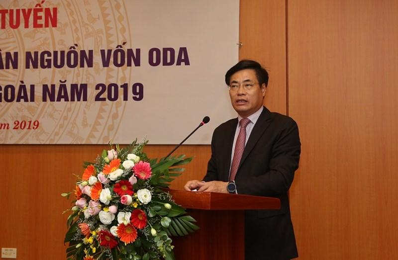 Ông Trương Hùng Long - Cục trưởng Cục Quản lý nợ và tài chính đối ngoại (Bộ Tài chính) báo cáo tại hội nghị.