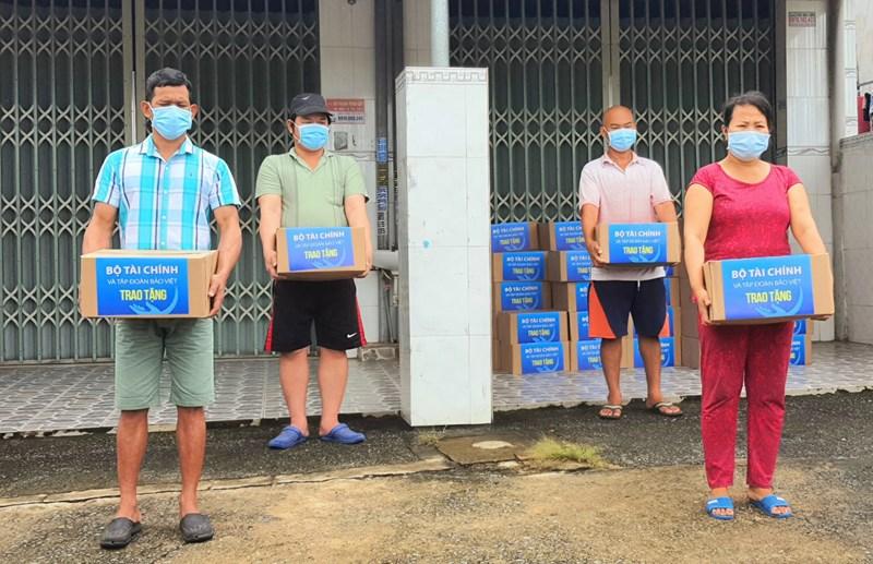 Người dân khó khăn thuộc phường Uyên Hưng, Thị xã Tân Uyên, tỉnh Bình Dương nhận quà hỗ trợ.