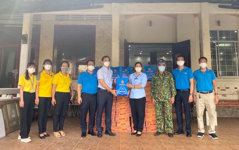 Đại diện Văn phòng Bộ Tài chính và Bảo Việt TP. Hồ Chí Minh trao quà an sinh tới người dân huyện Bình Chánh, TP. Hồ Chí Minh.