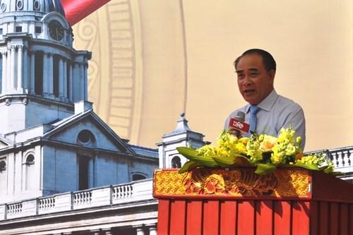 PGS,.TS. Nguyễn Vũ Việt - Phó Giám đốc Học viện Tài chính chúc mừng tân sinh viên khóa 4. Ảnh: Đức Việt.