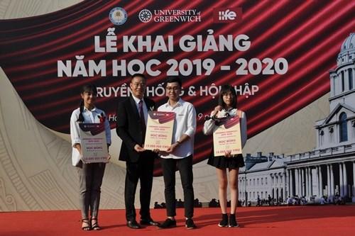 PGS.,TS. Bùi Đường Nghiêu trao học bổng cho 3 sinh viên DDP khóa 4 có điểm đầu vào cao nhất. Ảnh: Đức Việt.