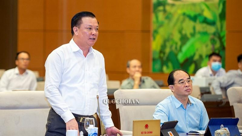 Bộ trưởng Bộ Tài Chính Đinh Tiến Dũng thừa uỷ quyền của Thủ tướng trình bày tờ trình của Chính phủ về dự thảo các Nghị quyết.