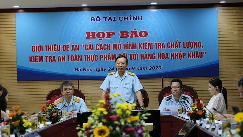 Tổng cục trưởng Tổng cục Hải quan Nguyễn Văn Cẩn phát biểu tại buổi họp báo về Đề án.
