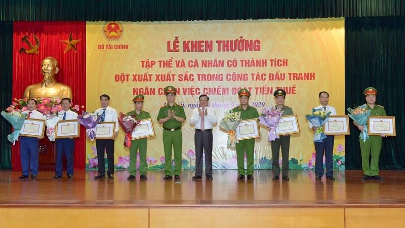 Bộ trưởng Đinh Tiến Dũng trao tặng Bằng khen cho các tập thể, cá nhân có thành tích xuất sắc trong công tác đấu tranh, ngăn chặn chiếm đoạt tiền thuế.