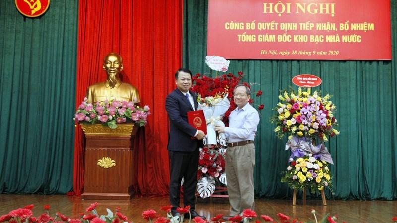Thứ trưởng Bộ Tài chính Đỗ Hoàng Anh Tuấn trao quyết định cho tân Tổng Giám đốc Kho bạc Nhà nước Nguyễn Đức Chi.
