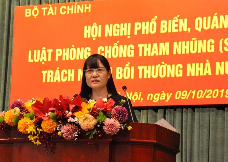Bà Nguyễn Thị Tố Hằng - Phó Cục trưởng Cục Bồi thường nhà nước - Bộ Tư pháp trình bày về những nội dung chính và điểm mới của Luật Trách nhiệm bồi thường của Nhà nước (sửa đổi).