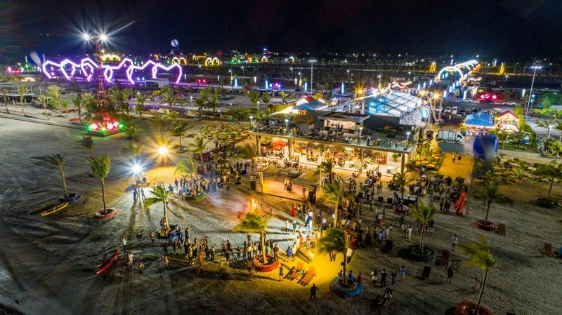 Nhiều sự kiện quy mô lớn được tổ chức tại quảng trường Diamond và bãi tắm Phương Đông.