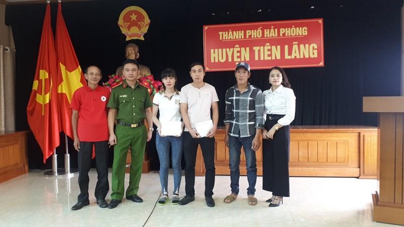 Đại diện Quỹ Bảo hiểm xe cơ giới trao hỗ trợ nhân đạo cho gia đình nạn nhân Nguyễn Văn Chiến và nạn nhân Lương Thị Lý.