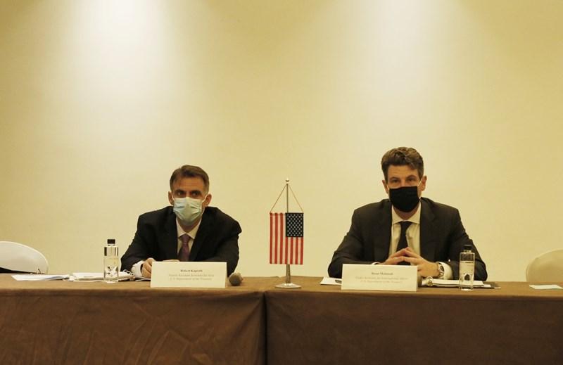 Thứ trưởng Bộ Tài chính Hoa Kỳ Brent McIntosh và Trợ lý Bộ trưởng Tài chính Hoa Kỳ Robert Kaproth tại buổi làm việc.