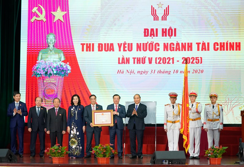 Thủ tướng Nguyễn Xuân Phúc thay mặt Đảng, Nhà nước trao Huân chương Độc lập hạng Nhất cho ngành Tài chính.
